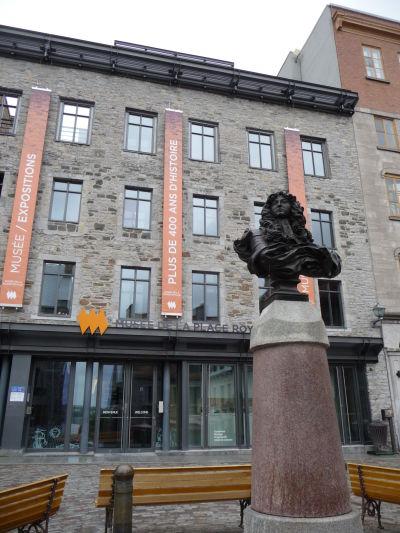 Námestie Place Royale v Québecu - busta francúzskeho kráľa Ľudovíta XIV. a miestne mestské múzeum