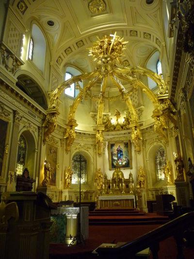 Hlavný oltár a opulentná výzdoba sú hlavnými znakmi Katedrálnej baziliky Matky Božej v Québecu