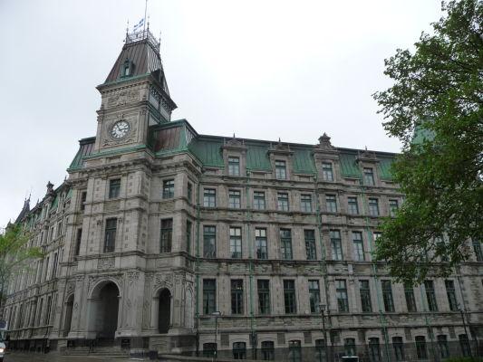 Ministerstvo financií provincie Québec sa nachádza v hornej časti mesta (Haute-Ville), priamo oproti hotelu Le Château Frontenac