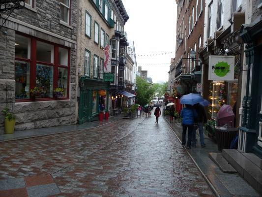 Kamenné uličky dolnej časti (Basse-Ville) Québecu - najznámejšou je ulička Rue du Petit Champlain, plná obchodíkov, kaviarní a občerstvení