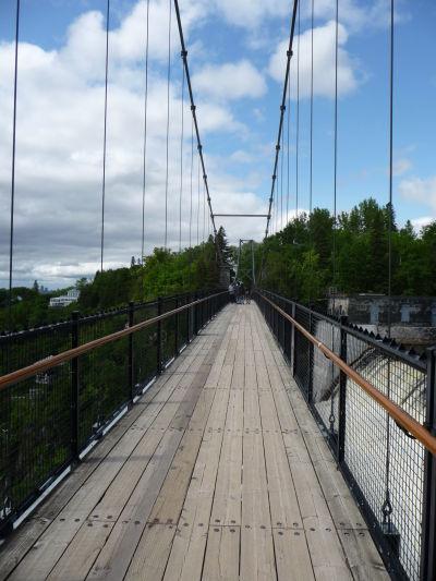 Pešia lávka vedúca tesne ponad vodopád Montmorency pri Québecu