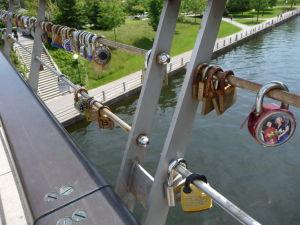 Kanál Rideau - mosty nad ním hyzdia zámky