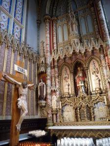 Katedrála Notre-Dame - jeden z bočných oltárov