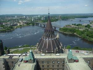 Veža mieru (Peace Tower) - výhľad na rieku Ottawa a Parlamentnú knižnicu