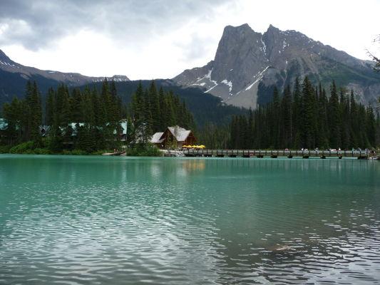 Smaragdové jazero (Emerald Lake) v národnom parku Yoho a chatky