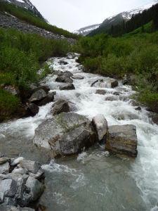 Najnižším bodom treku je riečka pretekajúca údolím