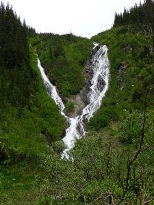 Jeden z vodopádov v údolí