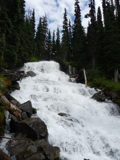 Riečka Joffre Creek v Provinčnom parku Joffreho jazerá v Britskej Kolumbii formuje v jednom mieste prudký vodopád