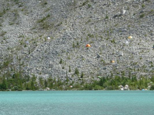 Kemp na úpätí svahu nad Horným Joffreho jazerom v provinčnom parku v Britskej Kolumbii