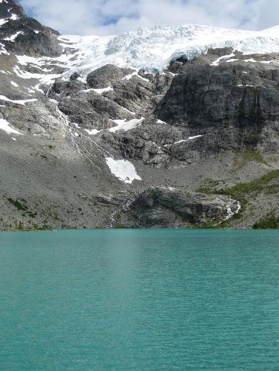 Horné Joffreho jazero v provinčnom parku v Britskej Kolumbii - nad ním ľadovec, ktorý ho napája