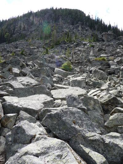 Kamenný zráz nad Horným Joffreho jazerom v provinčnom parku v Britskej Kolumbii