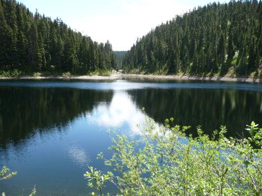 Jazero Barrier Lake je možné vidieť cestou k jazeru Garibaldi - Provinčný park Garibaldi v Britskej Kolumbii v Kanade