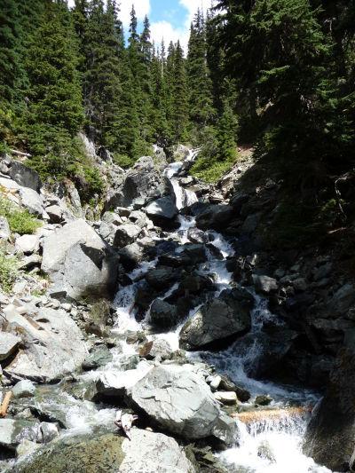 Cestou k jazeru Garibaldi je možné vidieť i nejaký ten menší vodopád - Provinčný park Garibaldi v Britskej Kolumbii v Kanade