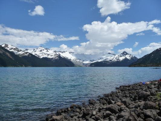 Jazero Garibaldi v provinčnom parku Garibaldi v Britskej Kolumbii v Kanade - v pozadí zasnežené horské štíty parku