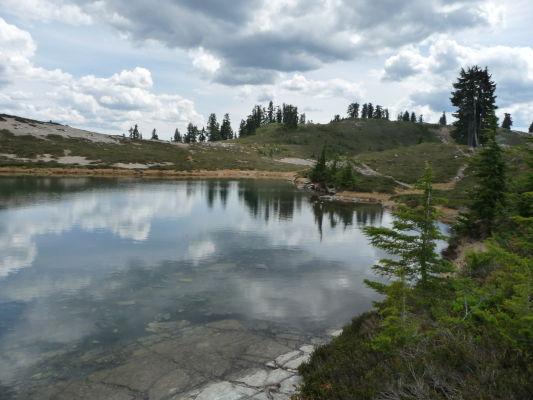 Jazierka Elfin Lakes v Provinčnom parku Garibaldi v Britskej Kolumbii v Kanade