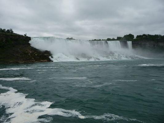 Americký vodopád (American Falls) v strede a malý Nevestin závoj (Bridal Veil Falls) vpravo sú súčasťou Niagarských vodopádov - pohľad z lode