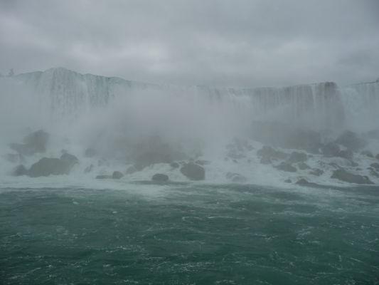 Americký vodopád (American Falls) je súčasťou Niagarských vodopádov - pohľad z lode