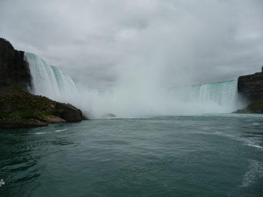 Vodopád Podkova (Horseshoe Falls) je súčasťou Niagarských vodopádov - pohľad z lode