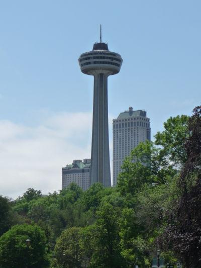 Vyhliadková veža Skylon Tower v mestečku Niagara Falls na kanadskej strane Niagarských vodopádov