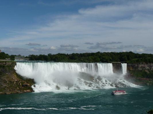 Americký vodopád (American Falls) v strede a malý Nevestin závoj (Bridal Veil Falls) vpravo sú súčasťou Niagarských vodopádov - pohľad z kanadskej strany
