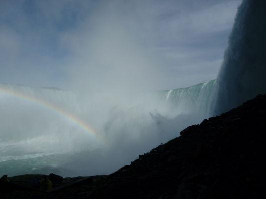 Vodopád Podkova (Horseshoe Falls) je súčasťou Niagarských vodopádov - pohľad zo vstupu na Cestu za vodopádmi (Journey Behind the Falls)