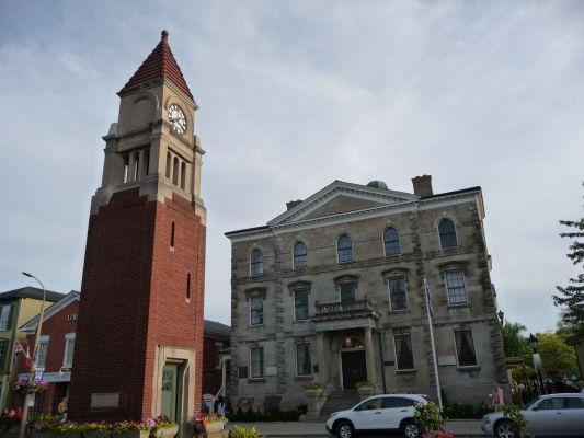V centre mestečka Niagara-on-the-Lake stoja jeho najznámejšie stavby - veža s hodinami a budova bývalého súdu, dnes divadlo