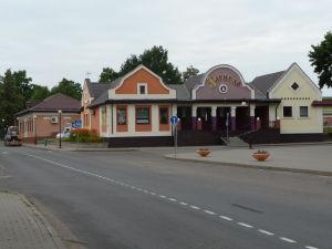 Domčeky na námestí v dedinke Mir