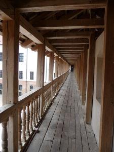 Jeden z balkónov na nádvorí hradu Mir