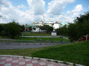 Kláštor sv. Trojice a sv. Sergeja z diaľky