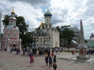 Chrám Ducha Svätého v spoločnosti malého obelisku a Kaplnky nad studňou