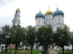 Veže kláštora - vľavo zvonica, vpravo Chrám Zosnutia Presvätej Bohorodičky