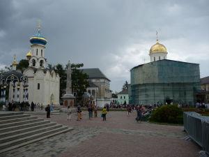 Chrám Ducha Svätého so zvonicou vľavo a Katedrála sv. Trojice so zlatou vežičkou