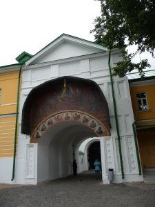Jedna z brán v kláštore