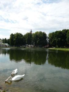 Jazierko v blízkosti kláštora poskytuje možnosť príjemnej prechádzky