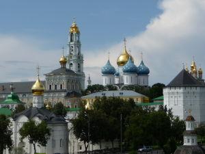 Kláštor sv. Trojice a sv. Sergeja z diaľky s jasne rozoznateľnými vežičkami - najvyššou je zvonica, modré a zlatá vežička patria Chrámu Zosnutia