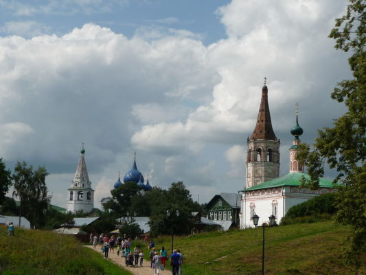 V pozadí Kremeľ v Suzdali, vpravo Kostol sv. Mikuláša