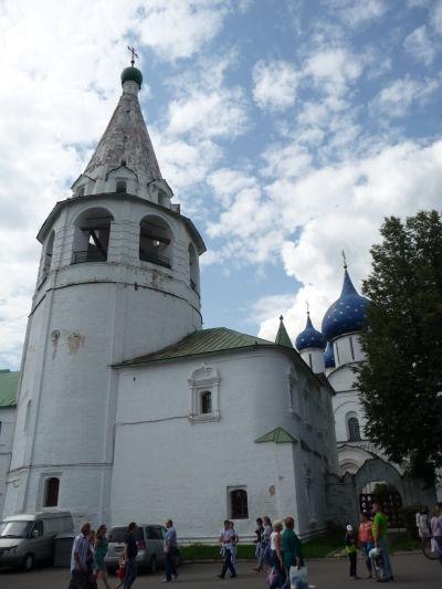Suzdaľský kremeľ, vzadu Katedrála Narodenia Panny Márie, vpredu zvonica