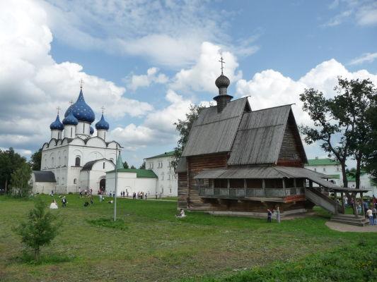 Suzdaľský kremeľ s Katedrálou Narodenia Panny Márie s typicky modrými kupolami a dreveným kostolíkom sv. Mikuláša