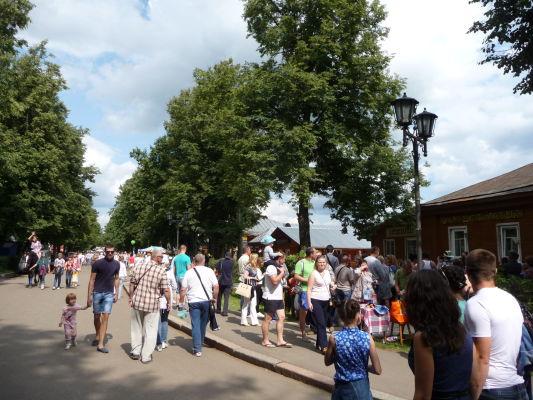 Davy návštevníkov počas dňa uhoriek v Suzdali