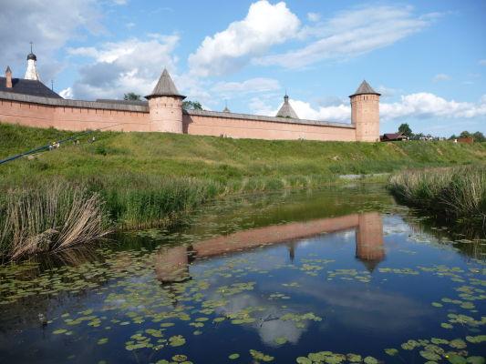 Hradby Kláštora sv. Euthymia v Suzdali, v odraze riečky Kamenka