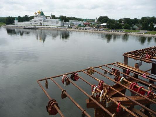 Most cez Kostromu je vyzdobený zámkami lásky - a v Rusku sú tie zámky obzvlášť pevné. V pozadí Ipatievský kláštor