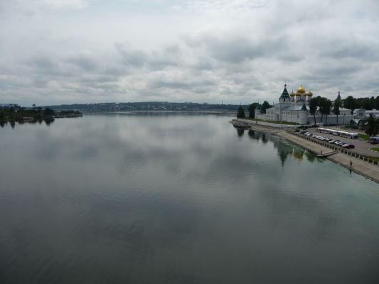 Rieka Kostroma, vpravo Ipatievský kláštor a vzadu v diaľke Volga, do ktorej sa Kostroma vlieva