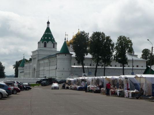 Ipatievský kláštor v Kostrome a stánky so suvenírmi (väčšinou náboženskými samozrejme)