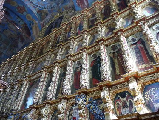 Vnútorná dekorácia (ikonostas) Chrámu Sv. Trojice v Ipatievskom kláštore v Kostrome - Zlatom ani ikonami sa nešetrilo