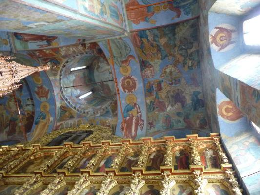 Vnútorná dekorácia Chrámu Sv. Trojice v Ipatievskom kláštore v Kostrome - Zlatom ani ikonami sa nešetrilo