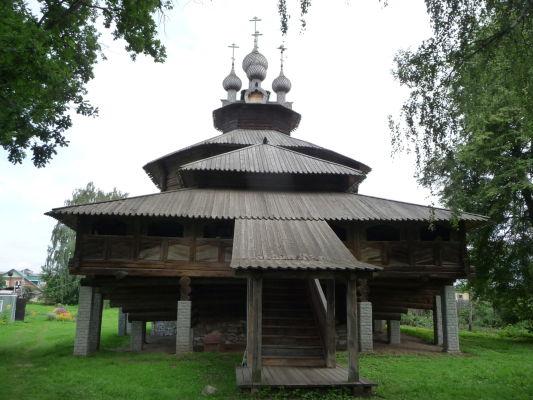 Neďaleko Ipatievského kláštora v Kostrome sa nachádza malé múzeum drevenej architektúry - vrátane tohto dreveného kostolíka