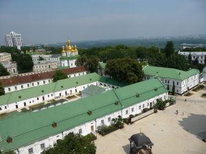 Pohľad na kláštor zo zvonice (v pozadí Kostol všechsvätých)
