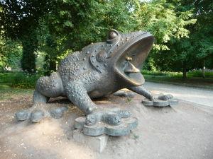 Sedí žaba na prameni