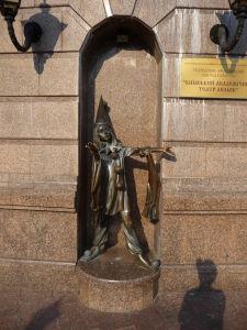 Ďalšia zo sôch pred bábkovým divadlom