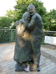 Socha pripomínajúca ukrajinsko-taliansky pár